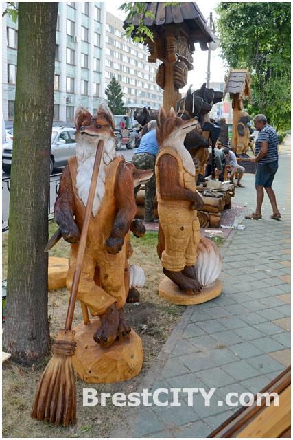 Лисицы на бульваре Шевченко в Бресте