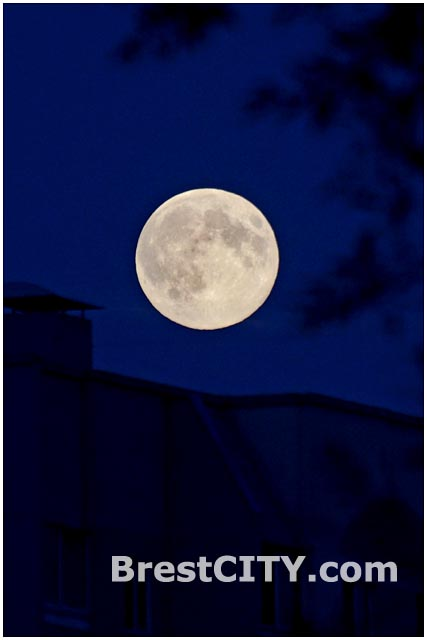 Суперлуние над Брестом в ночь с 10 на 11 августа 2014