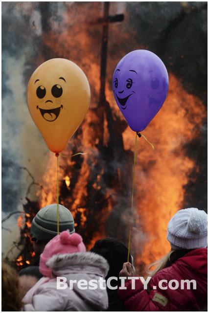 В Брестском городском парке им. 1 Мая сожгли чучело Масленицы