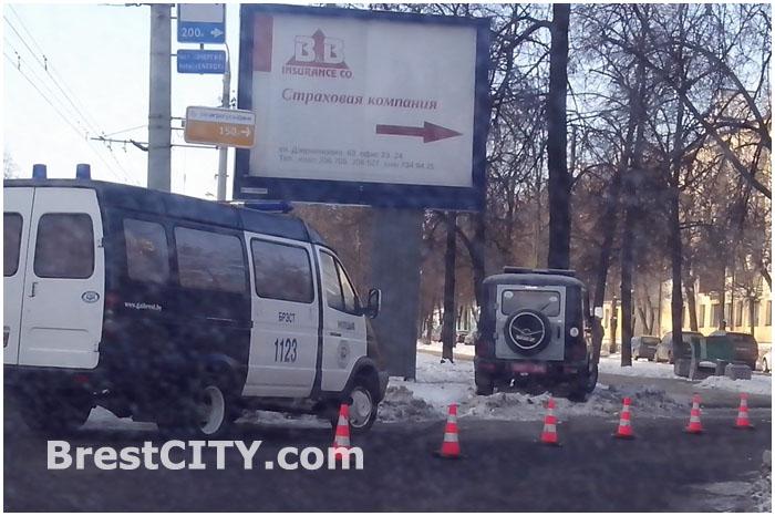 Милицейский УАЗ врезался в дерево на проспекте Машерова в Бресте