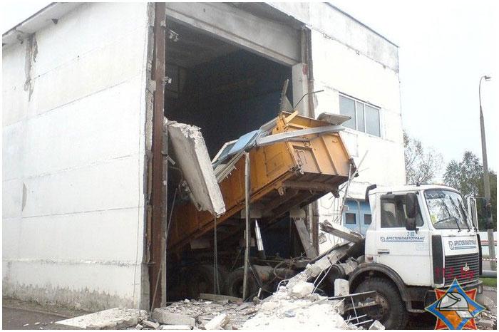 Выезжая с мойки, грузовик обрушил стену