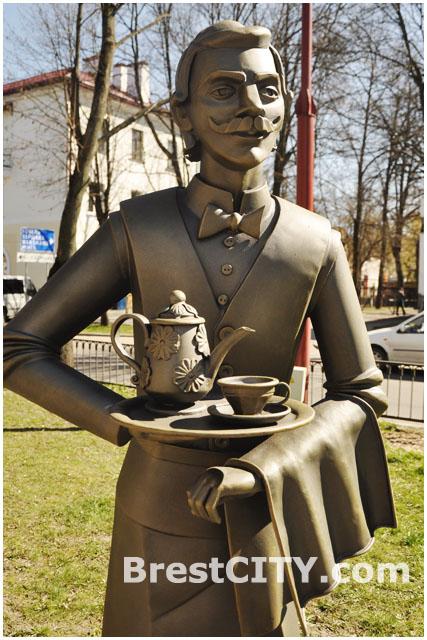 Официант, предлагающий чай. Аллея фонарей в Бресте.