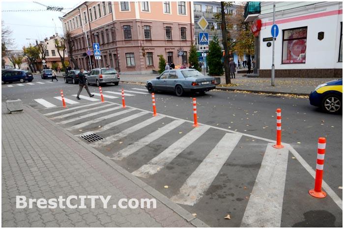 В Бресте перед пешеходными переходами установили разметку и столбики