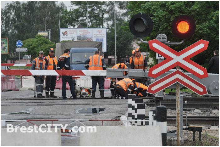 C 22 июня по 2 июля 2015 в Бресте закрыт ЖД переезд в Задворцах ...