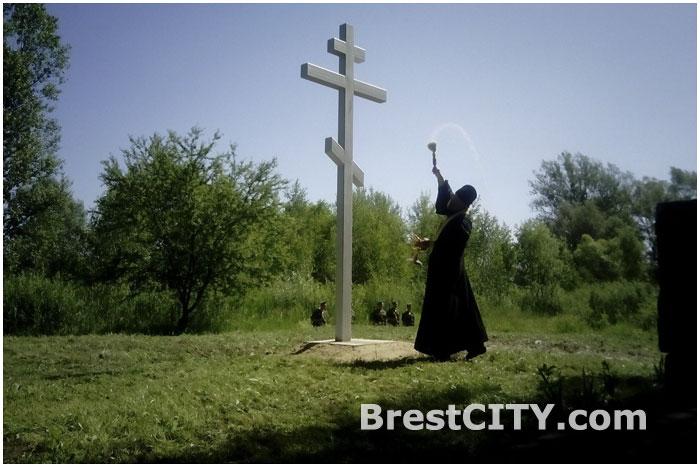 Освящение креста на братской могиле лагеря военнопленных в Бресте Ревир