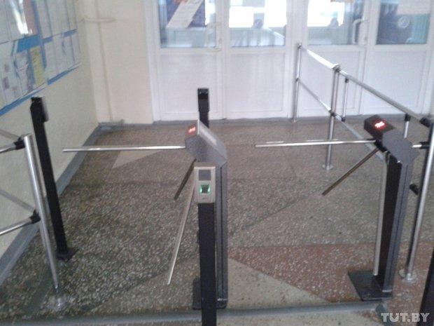 Система для сканирования отпечатков пальцев на входе в четвертую гимназию