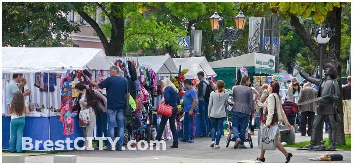 Школьная ярмарка в Бресте на ул. Гоголя