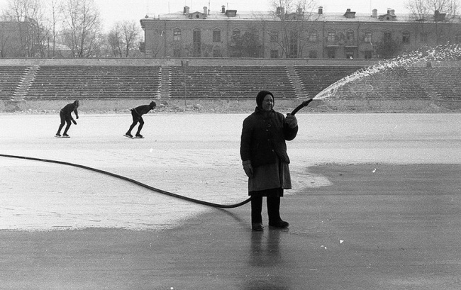 "«Заливка льда на стадионе ""Металлург""», Новокузнецк, 11 февраля 1984 года."