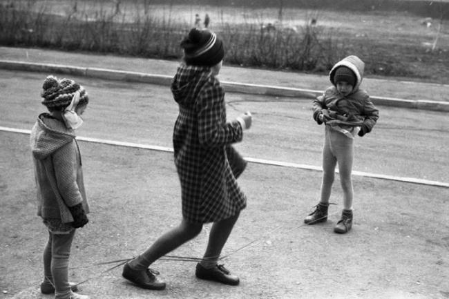 «Игры в «резинку», двор на улице в Тольятти, 9 мая 1985 года.