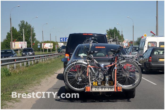 Туристы на велосипедах едут в Беларусь