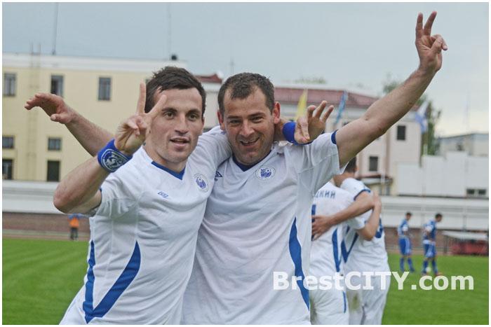 Александр Перепечко и Роман Василюк сразу после забитого 200-го гола в Бресте