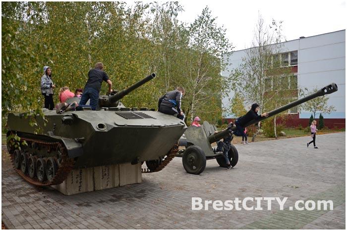 Военная техника возле 35-й школы на Ковалево в Бресте