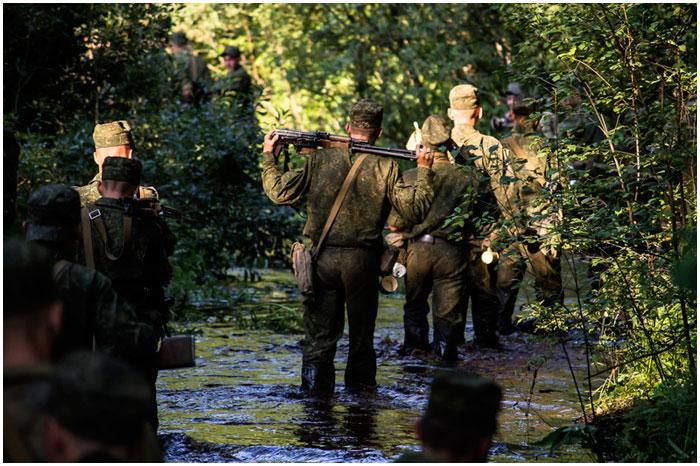 Военные в лесу ищут пропавшего человека