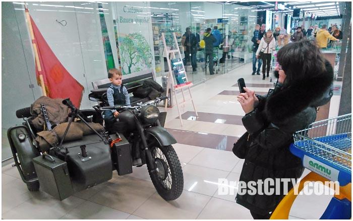 Мотоцикл и фотозона в гипермаркете АЛМИ