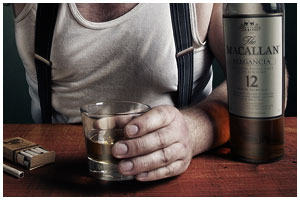 Алкоголик. Стакан с виски, сигареты