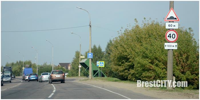 На Березовке в Бресте установили спящего полицейского и знак 40. Фото BrestCITY.com