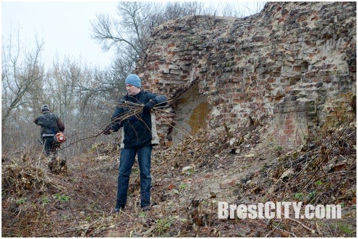 Субботник в Бресте на руинах Бернардинского монастыря
