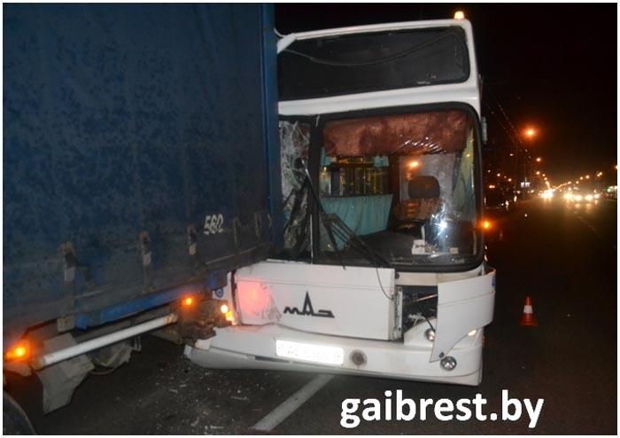 Автобус столкнулся с фурой на Московской в Бресте