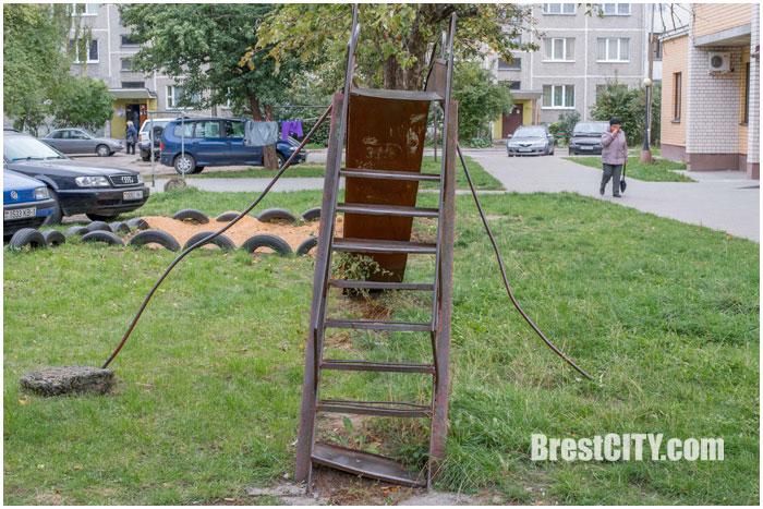 Сломанная детская площадка и дворовая территория