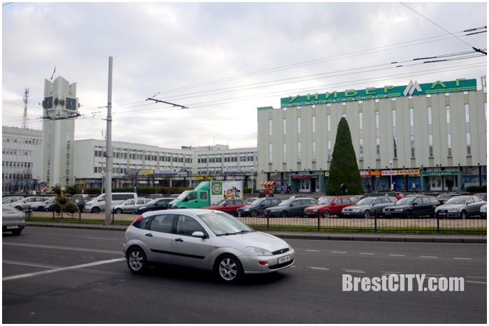 Елка на ЦУМе в Бресте снова традиционная. Фото BrestCITY.com