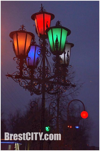 Сквер уличных фонарей ночью в Бресте.