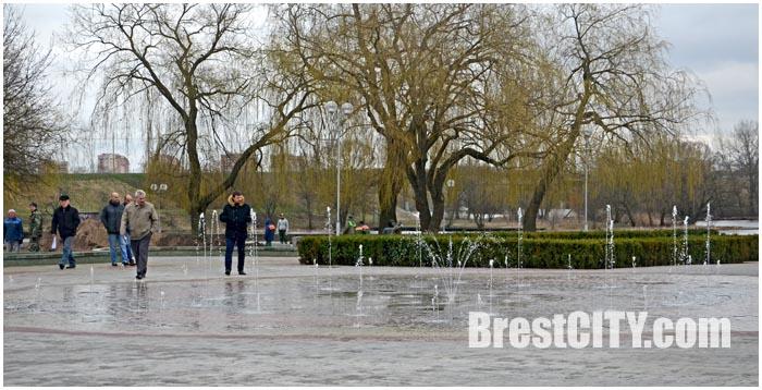В Бресте на Набережной включили фонтан