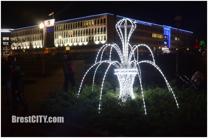 Зимний фонтан в Бресте возле здания администрации Московского района