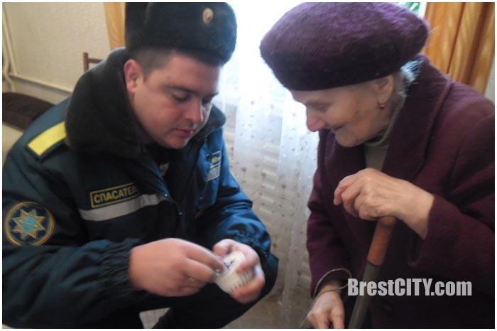 Пожарные извещатели установили пожилым людям