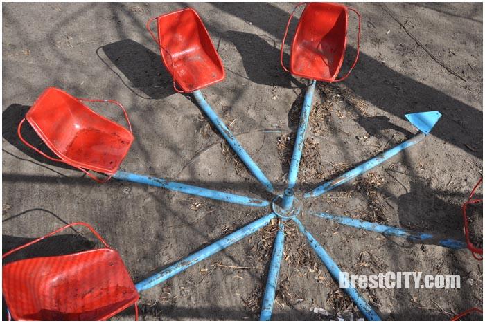 Противоугонная система для качелей во дворе. Фото BrestCITY.com