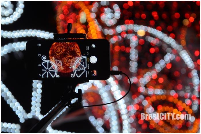 Карета возле ЦМТ в форме новогоднего шара. Фото BrestCITY.com