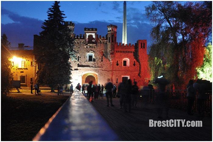 Ночная подсветка в Брестской крепости. Холмские ворота