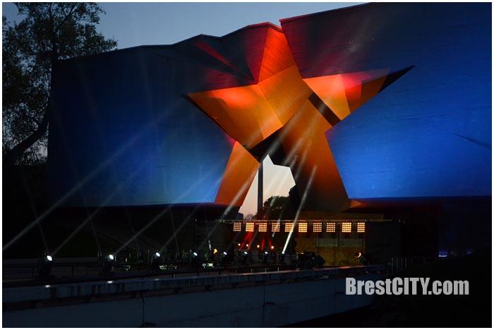 Ночная подсветка в Брестской крепости. Звезда