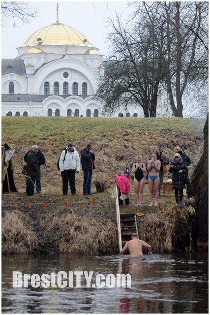 Окунаться в проруби на Крещение