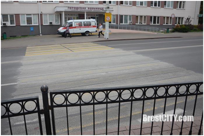 Пешеходный переход напротив городской больницы закрыт. Фото BrestCITY.com