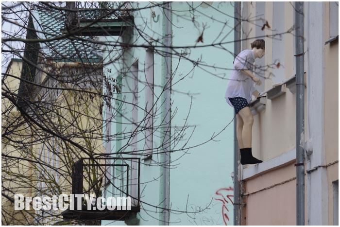 В Бресте замечен молодой человек, штурмующий второй этаж