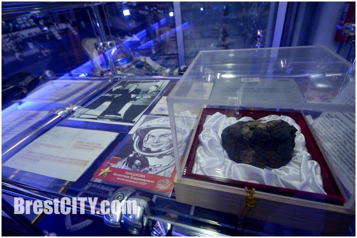 Фрагмент Челябинского метеорита в ЖД вагоне. Выставка в Бресте