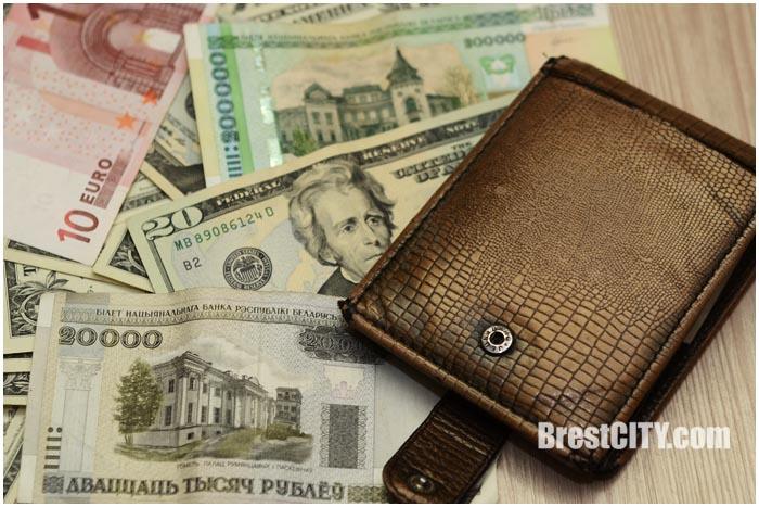 Кошелек с деньгами. Доллары, евро, белорусские рубли. Фото BrestCITY.com