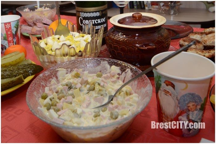 Салат Оливье. Новогодний стол. Фото BrestCITY.com