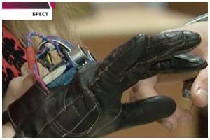 Школьник из Бреста изобрел сенсорную перчатку