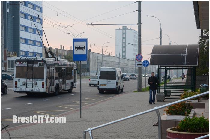 Знаки 40 и новая остановка на улице Пионерской в Бресте. Фото BrestCITY.com