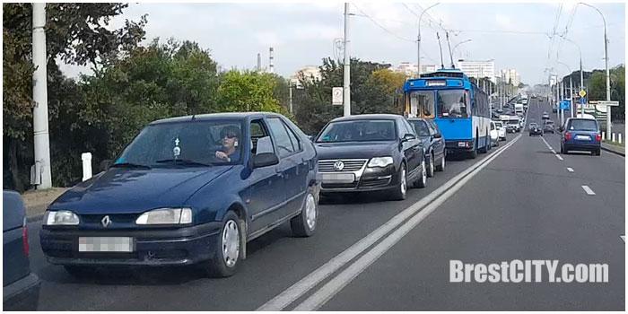 Дорожные работы на Кобринском мосту.  Пробка. Фото BrestCITY.com