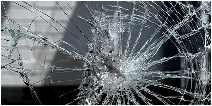 Разбитое стекло. Витрина магазина