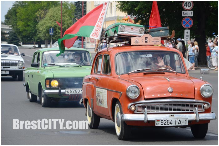 Парад ретро-автомобилей в Бресте 1 августа. Берестейский тракт 2015