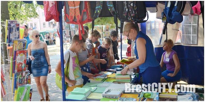 Школьная ярмарка на Гоголя в Бресте. Фото BrestCITY.com