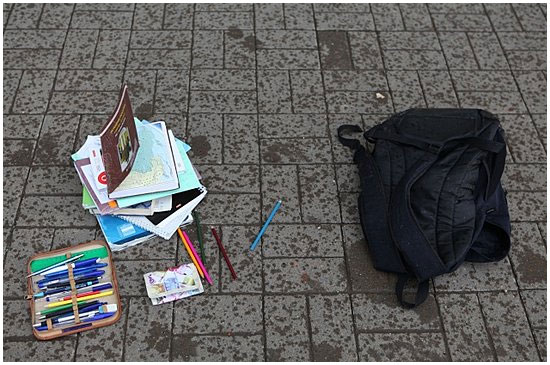 Школьный портфель на улице.