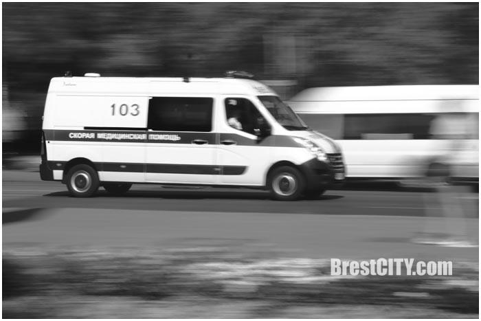 Машина скорой помощи едет по городу