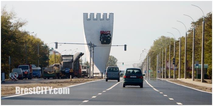 Новые светофоры возле стелы - въездного знака Брест. Фото BrestCITY.com