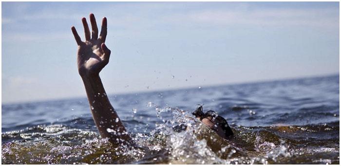 Тонет человек в воде