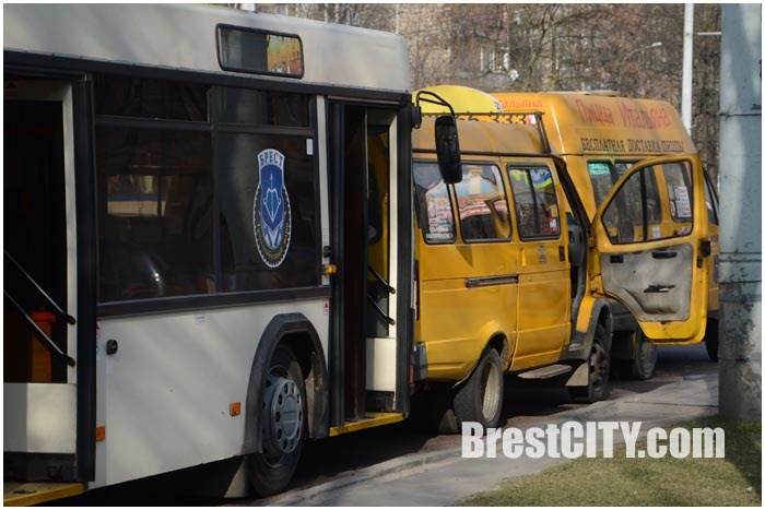 Троллейбус и две маршрутки