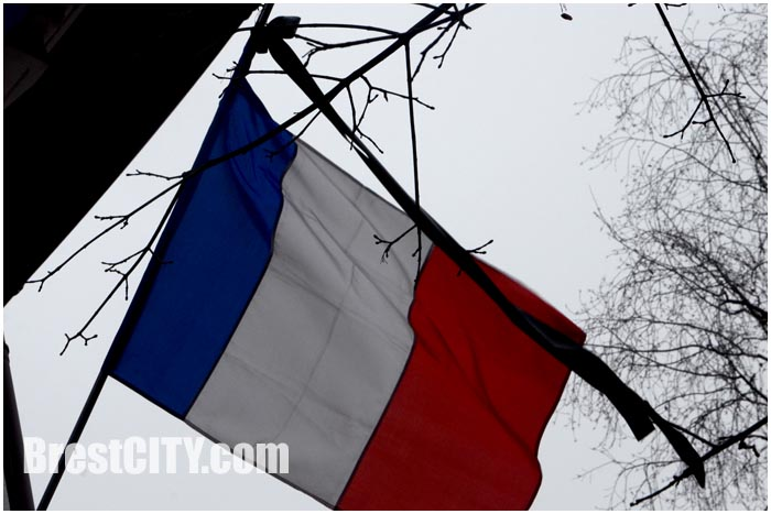 Брестчане несут цветы к консульству Франции. Теракт Charlie Hebdo